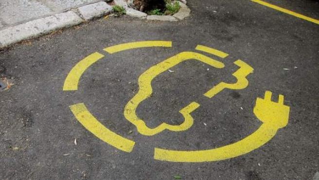 Estacionamiento con recarga para coche eléctrico.