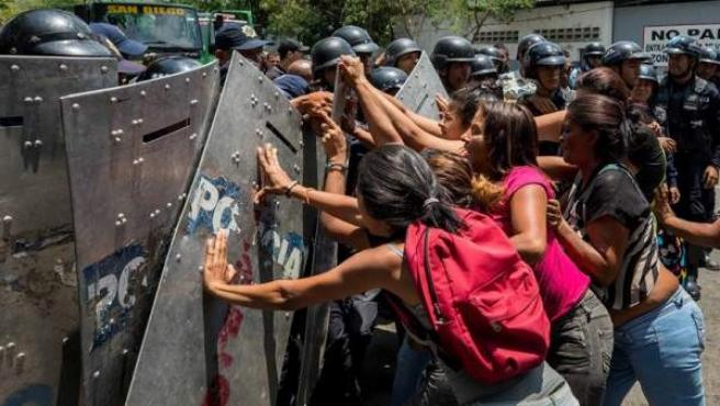 Familiares de presos protestan y exigen información en las inmediaciones del centro de reclusión de Carabobo, en Venezuela, donde un motín y un incendio causó al menos 68 muertos.