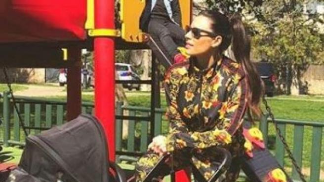 La presentadora en el parque con sus tres hijos.