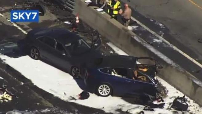 Imagen del accidente de un coche Tesla que se accidentó en California.