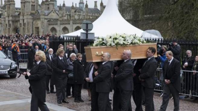 Transportan el ataúd de Stephen Hawking durante su funeral