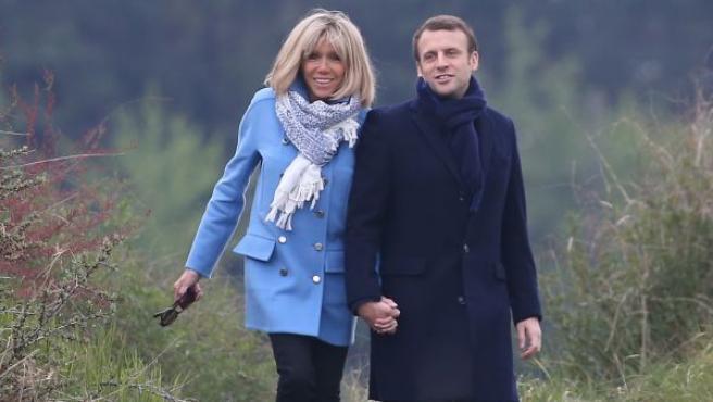 El matrimonio Macron se conoció en el Liceo La Providence de Amiens, una institución religiosa, en 1995. Brigitte Trogneux era la profesora de Francés y de teatro de Macron, tenía 24 años más que su alumno, estaba casada y tenía tres hijos.