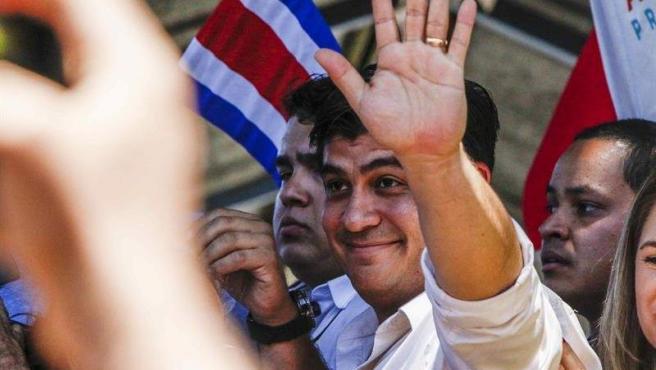 Carlos Alvarado, candidato del Partido Acción Ciudadana, saluda a sus simpatizantes tras votar en las elecciones presidenciales de Costa Rica, en San José.