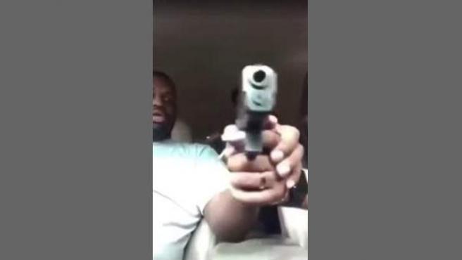 Captura de un vídeo retransmitido en Facebook en el que un hombre es disparado por una mujer que manipulaba una pistola, en Texas (EE UU).