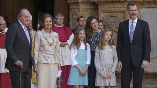 Los reyes, sus hijas y los reyes eméritos posan a las puertas de la catedral de Palma el pasado domingo de Pascua.