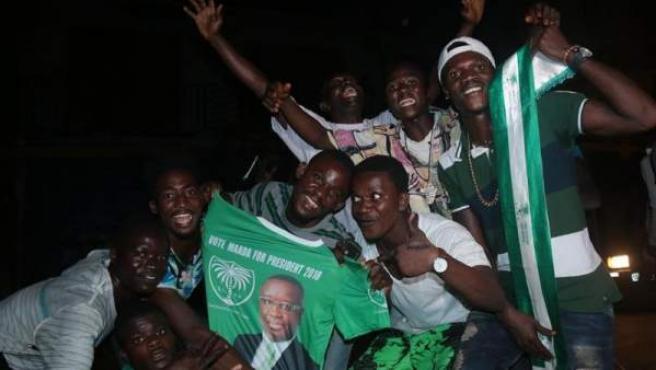 Simpatizantes del Partido Popular de Sierra Leona sostienen una camiseta con una imagen del candidato opositor Julius Maada Bio, vencedor en las elecciones presidenciales, en Freetown.