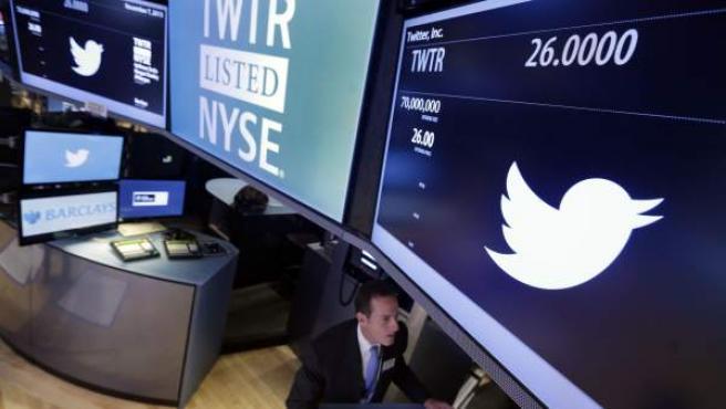 El logotipo de Twitter en la Bolsa de Nueva York.