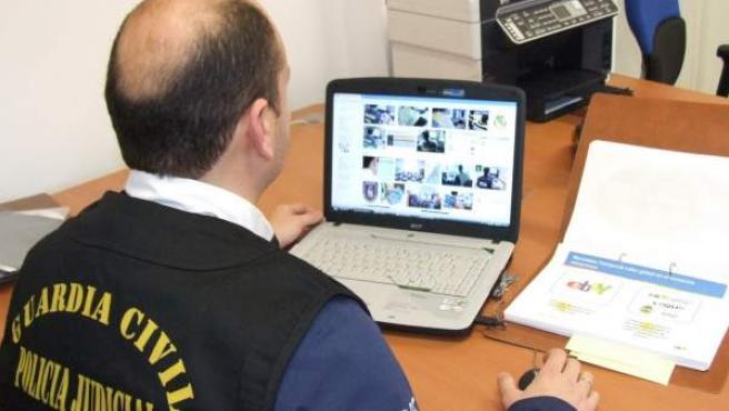 Imagen de la Guardia Civil investigando un caso de 'phising'.