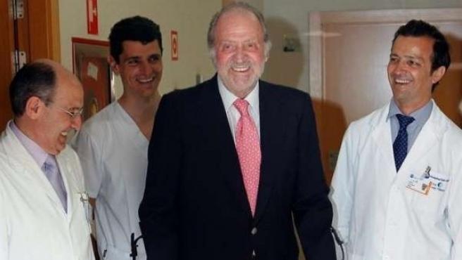 Imagen de archivo tras la operación de rodilla del rey realizada por el doctor Villamor.