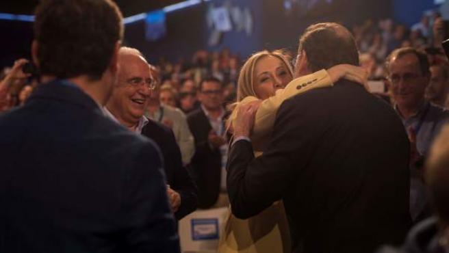 Rajoy saluda a Cifuentes a su llegada este viernes a la Convención Nacional del partido en Sevilla.
