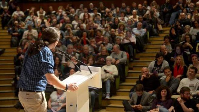 Pablo Iglesias, líder de Podemos, se dirige a cientos de simpatizantes en un mitin este sábado en la Universidad Complutense de Madrid.
