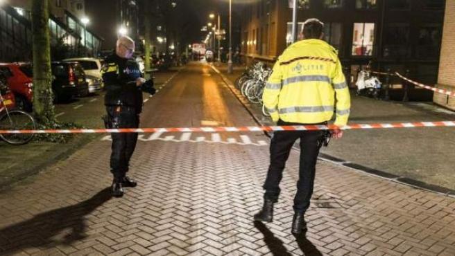 Agentes de Policía acordonan una zona de Ámsterdam.
