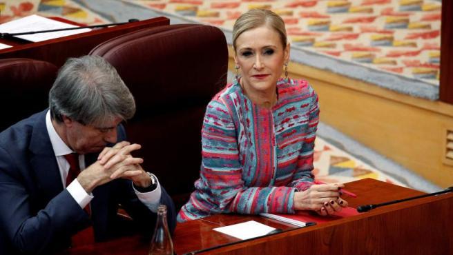 La presidenta madrileña, Cristina Cifuentes, junto al portavoz del Gobierno regional, Ángel Garrido, durante un pleno extraordinario de la Asamblea de Madrid.