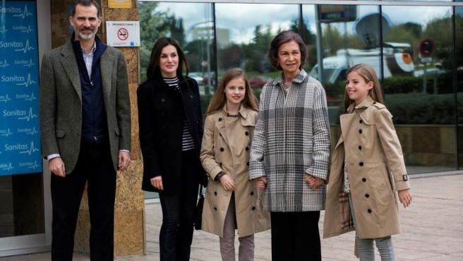 Los reyes Felipe y Letizia acompañados por la reina Sofía, la princesa Leonor y la infanta Sofía a su llegada a la Clínica Universitaria La Moraleja para visitar al rey don Juan Carlos.