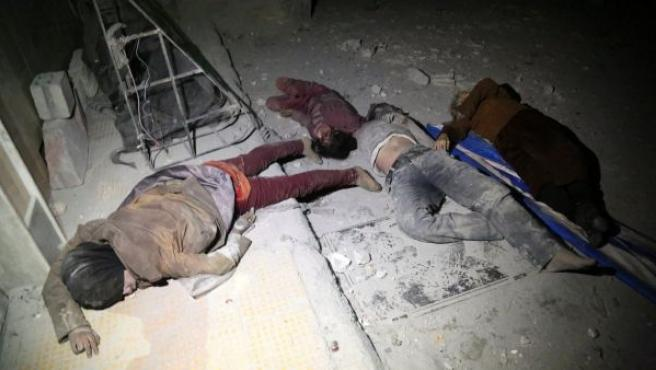 Varios cuerpos de las víctimas de un ataque químico en Duma, en Guta Oriental (Siria).
