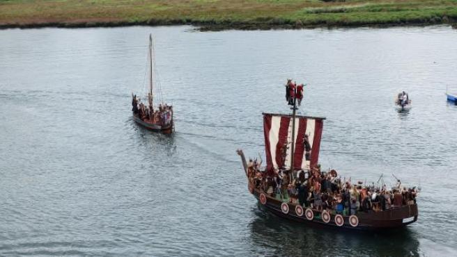 Recreación histórica moderna de un desembarco vikingo en Catoira, Galicia.