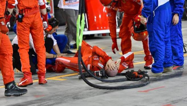Un mecánico de la escudería Ferrari, tirado en el suelo en 'boxes' después de ser atropellado por el piloto Kimi Raikkonen durante el GP de Fórmula 1 de Bahréin.