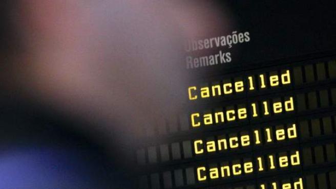 Paneles de un aeropuerto que muestran vuelos cancelados en una imagen de archivo.