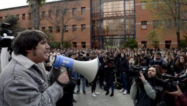 Cientos de estudiantes se manifiestan en el campus de Vicálvaro de la URJC para pedir la dimisión del rector.