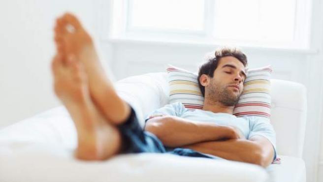 Un hombre durmiendo la siesta.
