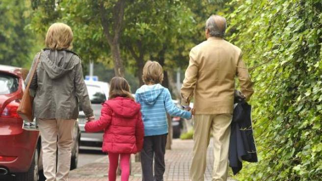 Unos abuelos de Sevilla se hacen cargo de sus nietos.