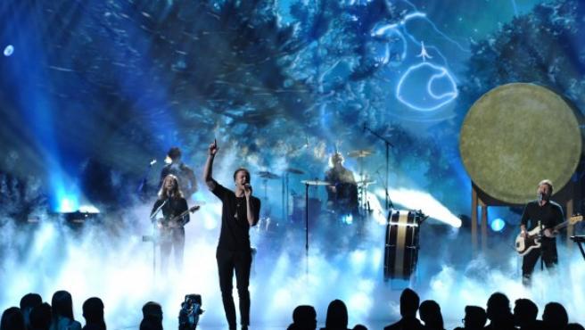 Dan Reynolds, del grupo musical Imagine Dragons, en un momento de su actuación en el Nokia Theatre de Los Ángeles.