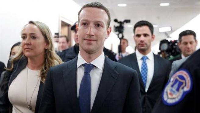 El director ejecutivo de Facebook, Mark Zuckerberg, con traje y corbata, en la sede del Capitolio, en Washington (EE UU).
