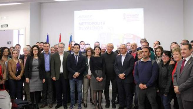 Responsables de la Generalitat y de la Autoridad de Transporte Metropolitano, junto con alcaldes de los municipios del área de València.