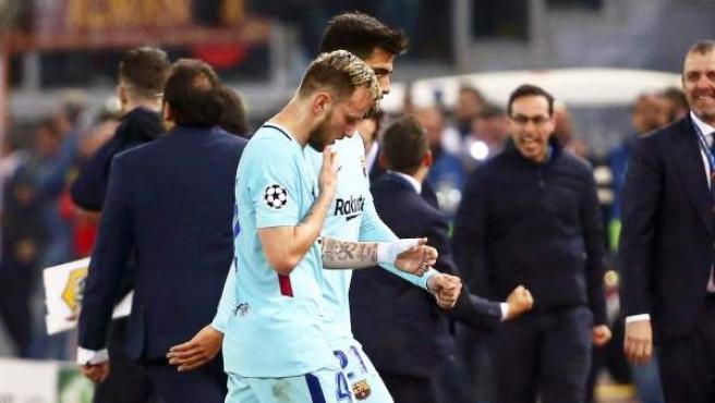 Ivan Rakitic se retira del campo tras el partido del Barça ante la Roma.