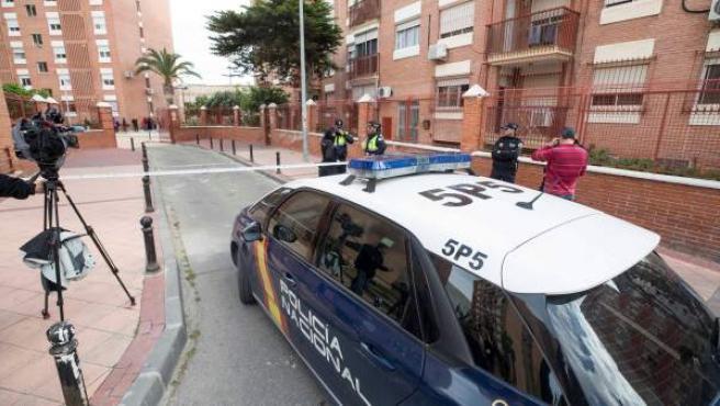 Agentes de la Policía en la entrada de la vivienda donde han encontrado el cuerpo de la mujer. de 39 años, en Murcia.