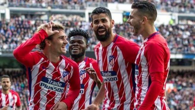 Griezmann, Diego Costa y Lucas Hernández celebran un gol con el Atlético de Madrid.