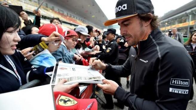 Fernando Alonso, firmando autógrafos en el circuito de Shanghái.