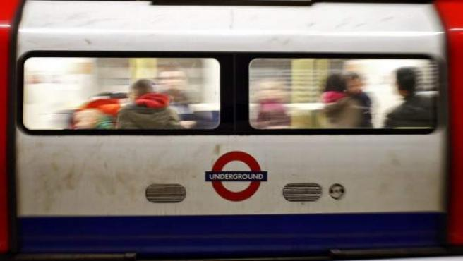 Pasajeros viajan en un vagón del metro de Londres.