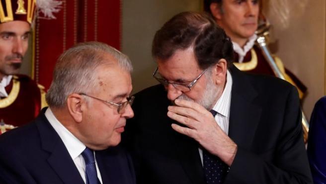 El presidente del Tribunal Constitucional, Juan José González Rivas, y el presidente del Gobierno, Mariano Rajoy.