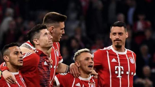 Los jugadores del Bayern de Múnich celebran el pase a semifinales de Champions League