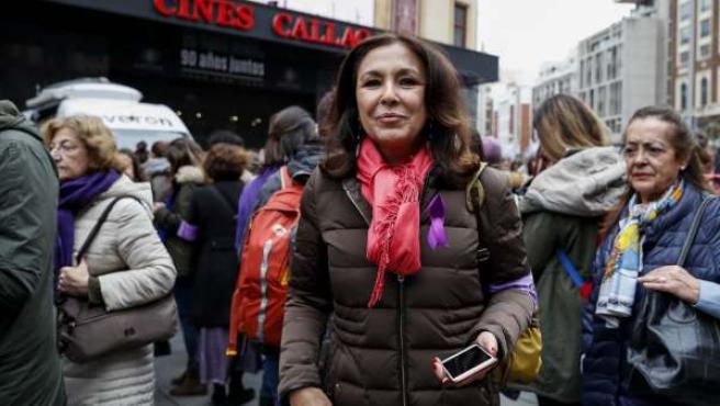 """La periodista Isabel Gemio en el acto """" las periodistas paramos """" durante la huelga general femenina con motivo del día Internacional de la Mujer en Madrid."""