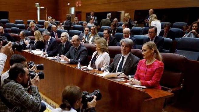 Cifuentes y algunos miembros del grupo parlamentario del que deberá salir su sucesor o sucesora.