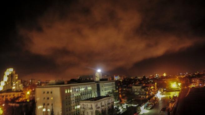 Imagen que muestra los sistemas de defensa aérea sirios durante los ataques lanzados por los EE UU, Francia y Reino Unido en los alrededores de Damasco, Siria.