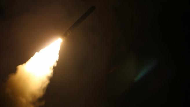 Lanzamiento de un misil Tomahawk desde el destructor estadounidense USS Monterey (CG 61).
