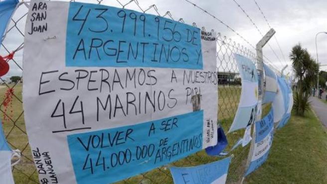 Mensajes de esperanza y solidaridad en los alrededores de la Base de Operaciones de Submarinos, en Mar de Plata, provincia de Buenos Aires (Argentina), en referencia al submarino de la Armada argentina desaparecido con 44 tripulantes a bordo.