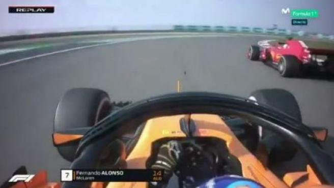Momento en el que Fernando Alonso se dispone a adelantar a Sebastian Vettel en China.