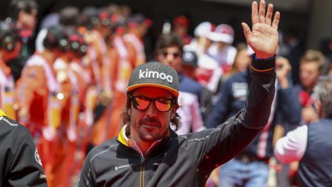 Fernando Alonso saluda al público en el GP de China.