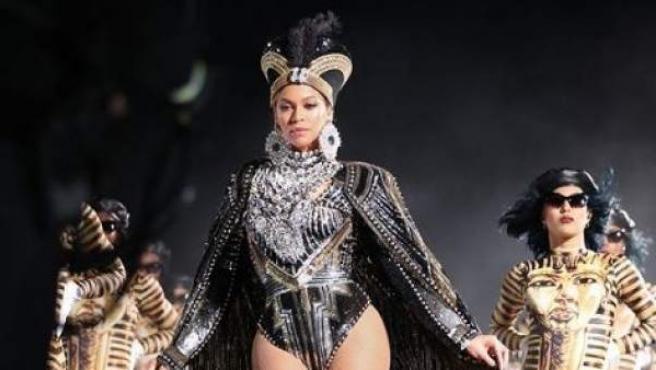 Beyoncé actuando en el festival Coachella.