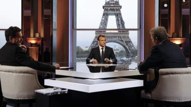 El presidente de Francia, Emmanuel Macron,furante la entrevista con dos periodistas del canal BFMTV y el digital 'Mediapart'.