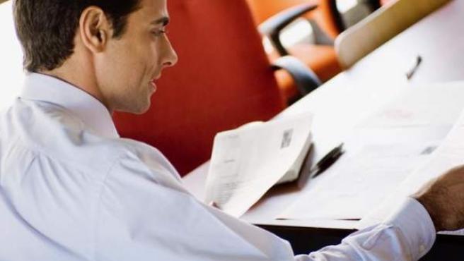 Un reclutador examinando varios CVs.