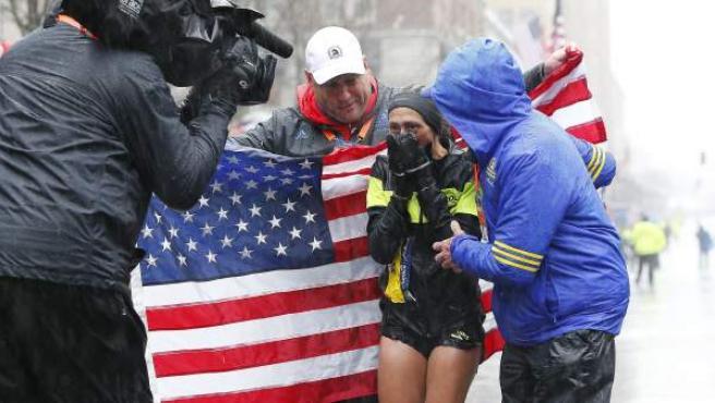 La estadounidense Des Linden cruza la línea de meta para ganar la edición número 122 del Maratón de Boston.