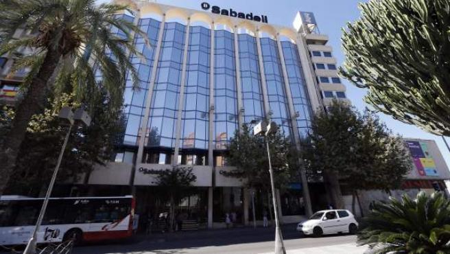 Vista del edificio del Sabadell en Alicante, uno de sus principales centros operativos fuera de Cataluña, ya que era allí donde se ubicaba la sede de la antigua CAM, que el grupo adquirió en subasta en 2011.