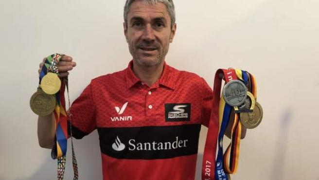 Martín Fiz posa con las medallas de los cinco grandes maratones que ha ganado en categoría sénior. Solo le falta la de Londres.