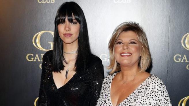 La hija de Terelu Campos y su exmarido Alejandro Rubio, Alejandra, posó junto a su madre en la portada de una conocida revista del corazón para celebrar su mayoría de edad. En la imagen, Alejandra, junto a Terelu, antes de su fiesta de cumpleaños en una conocida discoteca de Madrid.