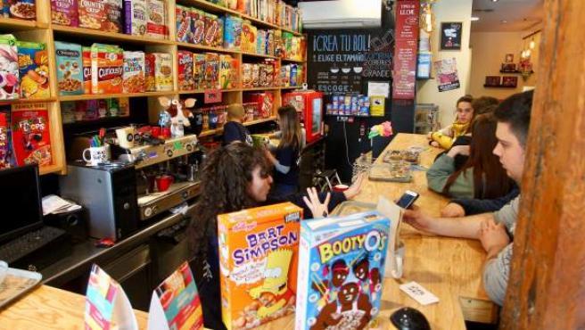 Interior de la cafetería Cereal Hunters.